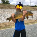 小学1年生が釣りあげた!吸い込みばりで大型真鯉の淡水釣果報告